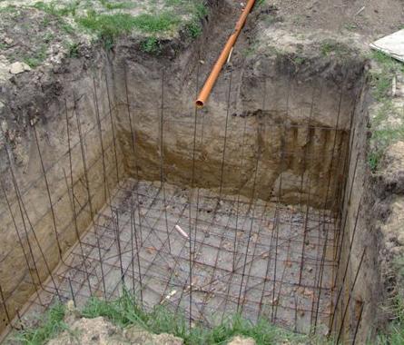 Котлован и траншея для канализационной трубы